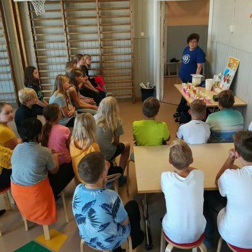 Kotikoulutoimikunnan toimesta Martat luennoimassa terveellisistä välipaloista