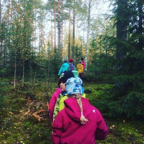 Eka-tokaluokkalaiset metsäretkellä